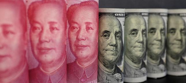 Banknoty o nominale stu juanów i stu dolarów amerykańskich. Odchodząca i nadchodząca waluta rezerwowa świata?