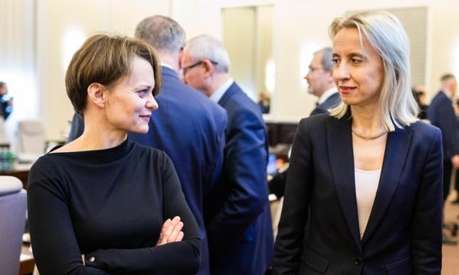 Minister przedsiębiorczości i technologii Jadwiga Emilewicz oraz minister finansów Teresa Czerwińska