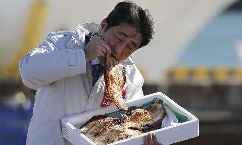 Biuro byłego premiera Japonii podejrzane o wydanie milionów jenów na bankiety