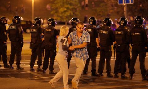 W Mińsku trwają demonstracje, dochodzi do starć z milicją