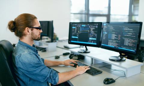 Większość programistów to samoucy, tylko co trzeci zaczynał od studiów kierunkowych
