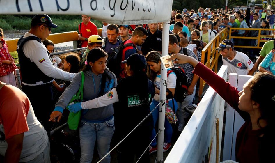 Tysiące Wenezuelczyków przekracza granicę z Kolumbią
