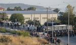 Policja przenosi tysiące migrantów na Lesbos do nowego obozu
