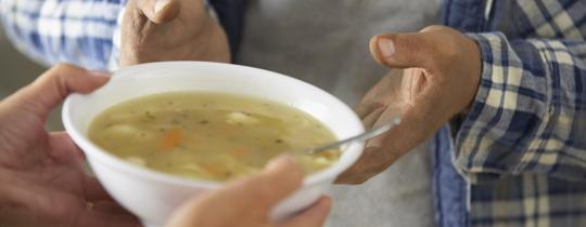 Miska zupy dla bezdomnego