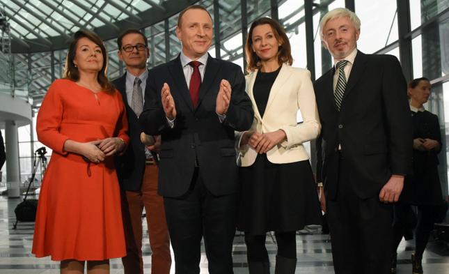 Jacek Kurski (na zdj. w środku) ponownie prezesem TVP. Przyglądamy się finansom telewizji publicznej