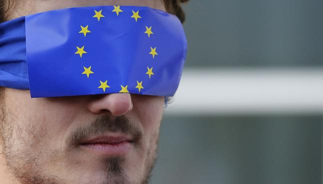 Luksemburg: ruszył proces oskarżonych o ujawnienie afery LuxLeaks. Na zdjęciu jeden z demonstrujących przed sądem w geście poparcia dla oskarżonych