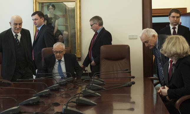 Jerzy Osiatyński (na zdjęciu jako jedyny siedzi) zasiada w RPP najdłużej ze zwykłych członków. Jego kadencja wygasa w grudniu 2019 r.