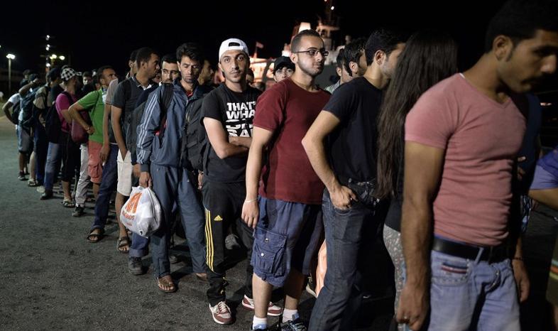 Setki uchodźców sforsowały granicę