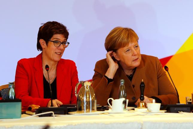 Annegret Kramp-Karrenbauer i Angela Merkel