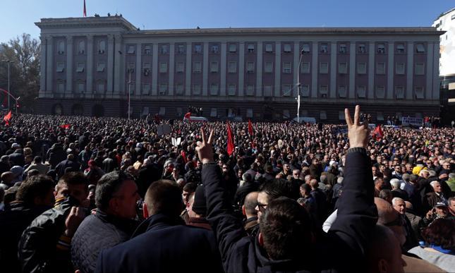 Protestujący w Tiranie, w Albanii, przed siedzibą rządu, gdzie urzęduje premier Edi Rama, oskarżany przez opozycję o korupcję.