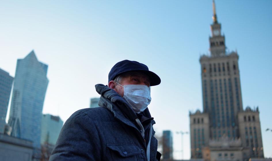 Ponad połowa Polaków boi się, że zachoruje na Covid-19 [Sondaż]