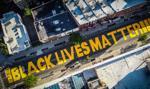 """Policja szuka sprawców zdewastowania napisu """"Black Lives Matter"""""""