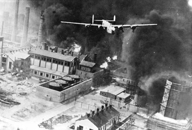 Podczas operacji Tidal Wave (sierpień 1943) Alianci zbombardowali rafinerię w Ploeszti. Ataki na niemiecki przemysł chamiczno-paliwowy były jednym z gwoździ do trumny III Rzeszy