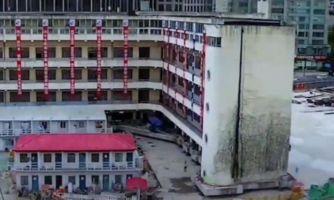 """Pięciopiętrowy budynek """"przeszedł"""" na nowe miejsce"""