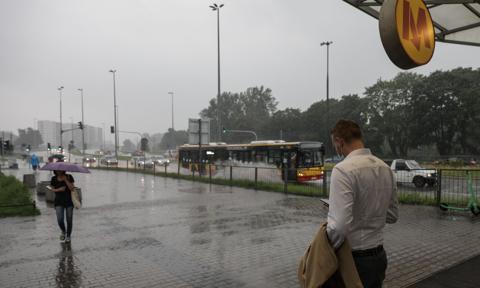Ulewa w Warszawie. Zalane ulice, zamknięta stacja metra