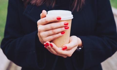 Kawa na wynos będzie droższa? Dopłacimy za jednorazowy kubeczek z plastiku