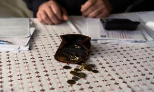 """Zatrudnienie znów spadło, a rosnące wynagrodzenia """"zjada"""" inflacja"""