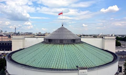 Sejm ucieka za bramę