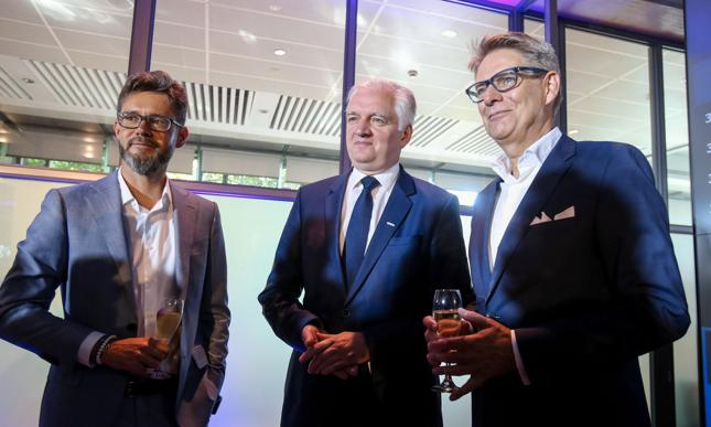 Debiut Play na GPW. Od lewej: Bartosz Dobrzyński (członek zarządu), Jarosław Gowin (wicepremier RP), Jørgen Bang‑Jensen (ówczesny prezes, który w kwietniu poinformował o rezygnacji ze stanowiska)