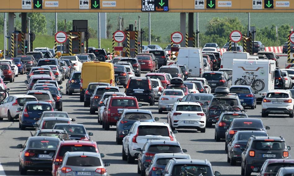 Budowa szybkich dróg w Polsce nabrała tempa, ale wakacyjnych korków nie ominiemy