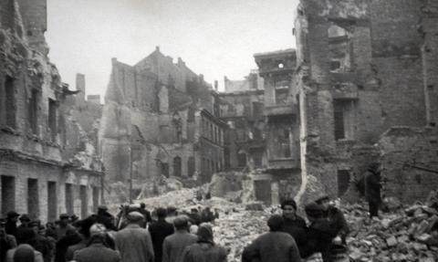 Olbrzymi koszt naprawy zniszczonych tablic pamięci w Warszawie