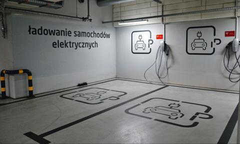 """""""Mój elektryk"""". Rząd przeznaczy 800 mln zł na budowę stacji do ładowania aut elektrycznych"""