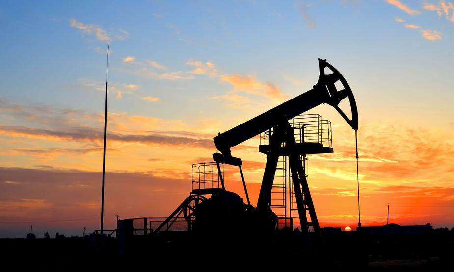 Ropa w USA wyceniana blisko 71 USD. Inwestorzy rozważają popyt i warianty wirusów