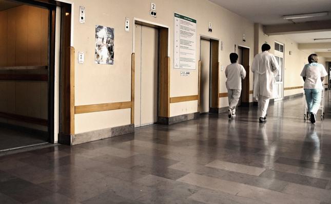 Lekarze na stażach – zarobki, godziny pracy, odpowiedzialność