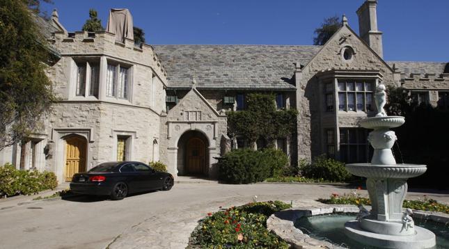 Hugh Hefner sprzedał posiadłość Playboy'a - kupił ją jego sąsiad za ponad 100 milionów dolarów