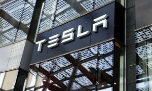 Gigafabryka Tesli chce ruszyć z produkcją w lipcu. Problemem może być brak pracowników