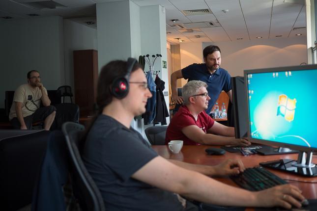 Na zdjęciu część zespołu warszawskiej siedziby głównej People Can Fly. Z tyłu przy biurku Studio Head - Sebastian Wojciechowski