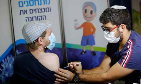 Izrael: 80 proc. zaszczepionych, którzy zakazili się wirusem, nie infekowało innych