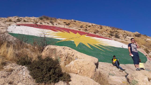 Flaga Kudrystanu namalowana na jednej z gór otaczających Dohuk, fot. Agnieszka Samolej