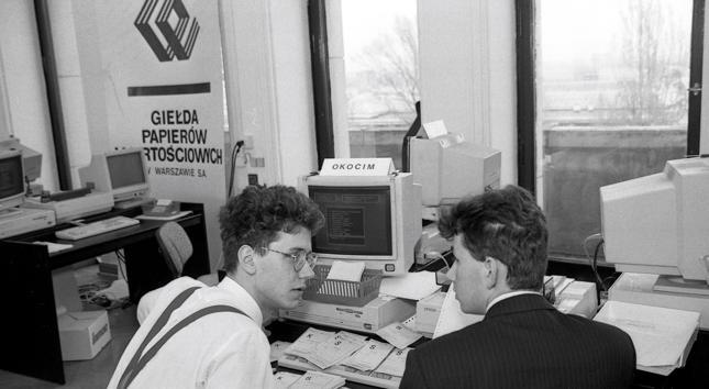 Każda spółka miała swojego maklera specjalistę, który siedział przy komputerze i przyjmował zlecenia dotyczące danej spółki.