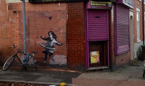 Mural Banksy'ego zdjęty z budynku i sprzedany za min. 100 tys. funtów