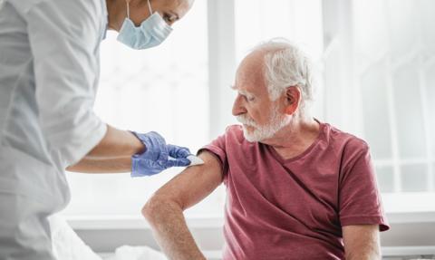 Bezpłatne szczepionki na grypę dla seniorów i personelu medycznego