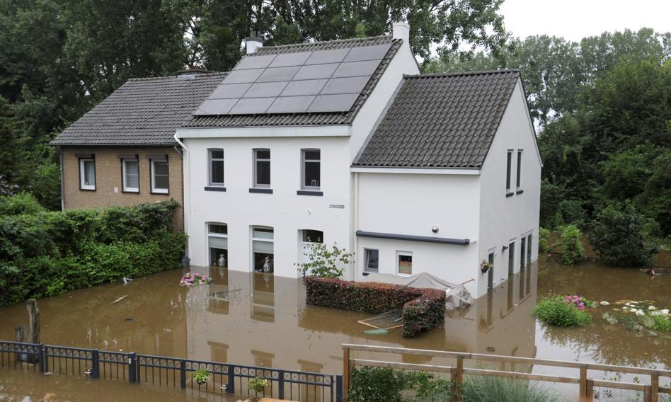 Ulewy w północnej części Holandii. Ewakuowano domy opieki, zalane drogi