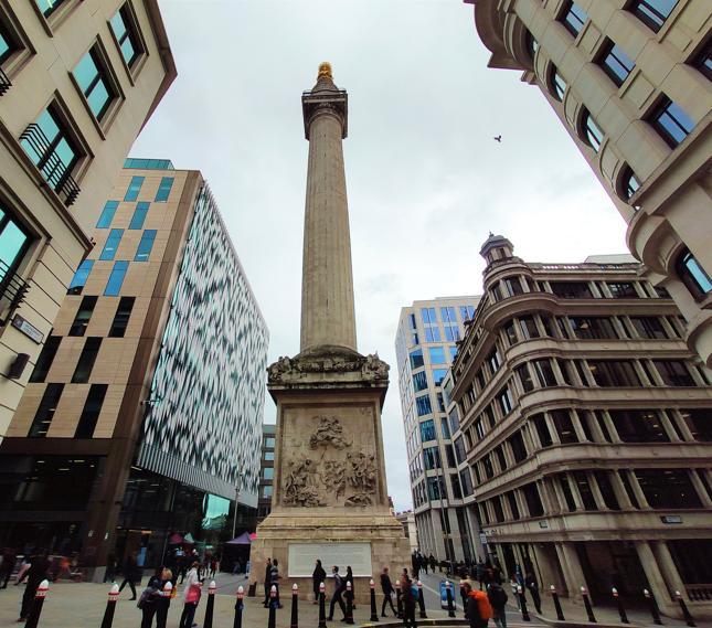 The Monument - pomnik upamiętniający wielki pożar Londynu z 1666 roku. W tle wąskie uliczki City