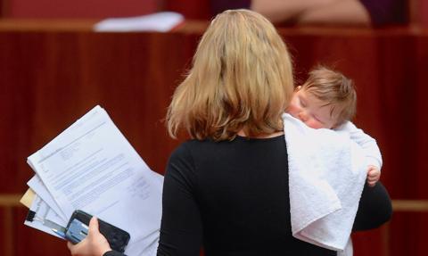 Tarcze antykryzysowe uderzają w matki i kobiety w ciąży