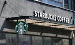 Przychody Starbucksa w II kw. spadły 38 proc., kurs w górę