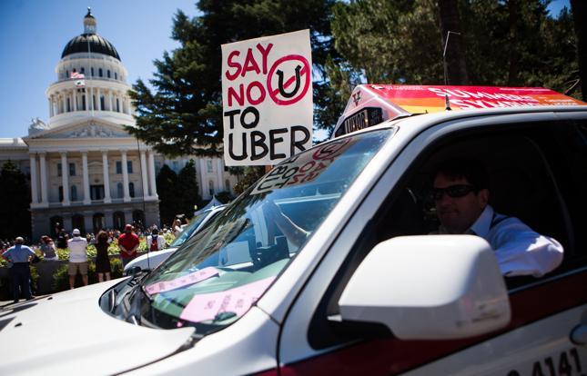 <h6>Taksówkarze protestują przeciw firmom takim jak Uber, Kalifornia 2014 r.</h6>