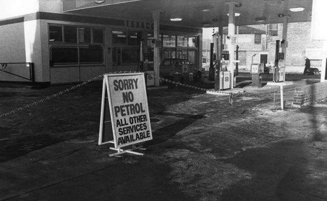 Kryzys naftowy w 1973 roku - tabliczki informujące o braku paliwa na stacji benzynowej