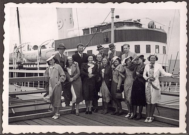 Polskie towarzystwo na sopockim molo na tle statku wycieczkowego pod bandera Wolnego Miasta Gdańska, lata 1930