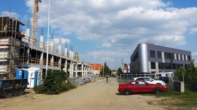 Po lewej nowe budynki wrocławskiego Techlandu w budowie