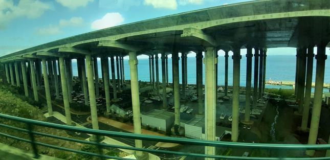 Przedłużany, osadzony na palach pas startowy jedynego lotniska na Maderze, w Santa Cruz