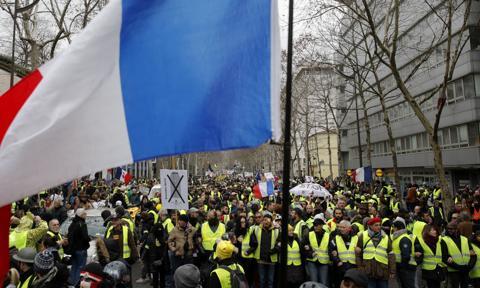 """""""Żółte kamizelki"""" protestowały we Francji mimo zakazu zgromadzeń"""