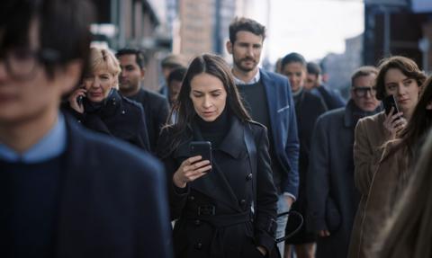 CBOS: z telefonów komórkowych korzysta 96 proc. dorosłych Polaków