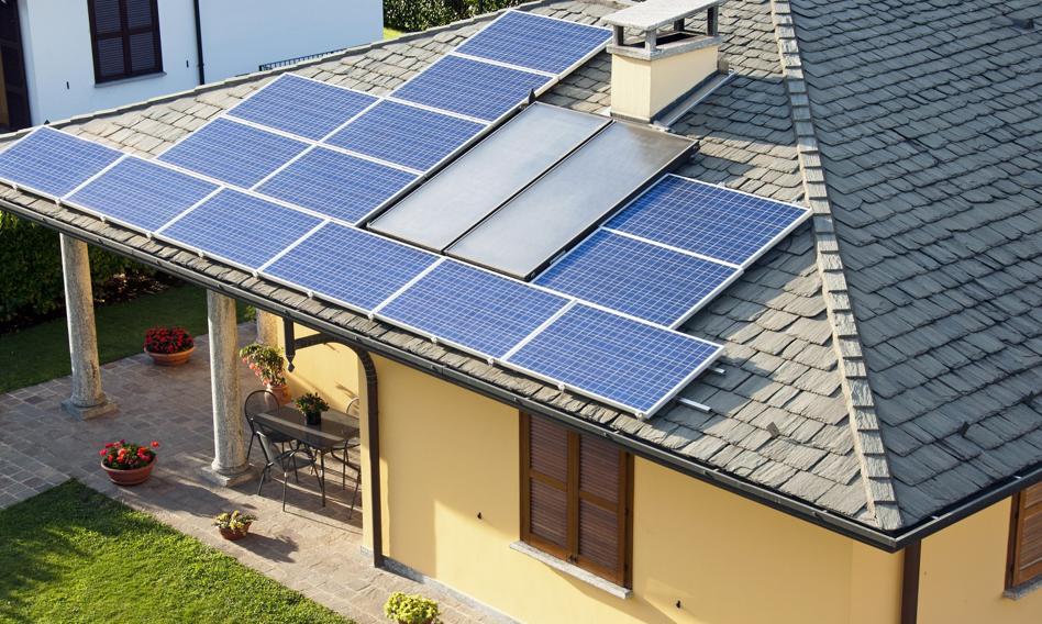 Dachy z instalacją fotowoltaiczną mogą stwarzać zagrożenie pożarowe