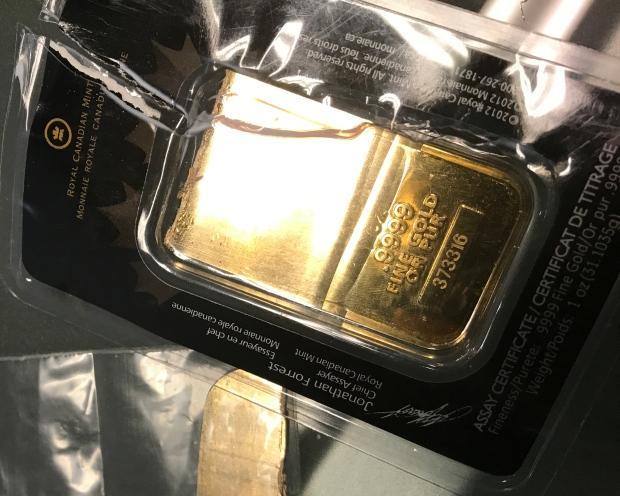 Fałszywa sztabka złota w opakowaniu sugerującym pochodzenie z Royal Canadian Mint.