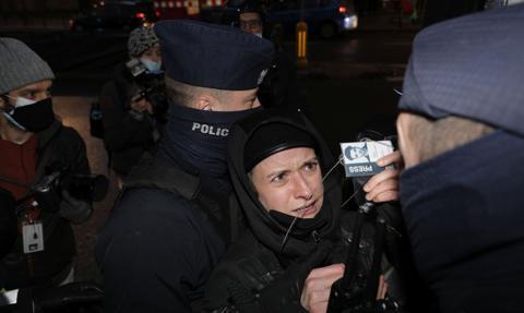 Bilans poniedziałkowego Strajku Kobiet w Warszawie: zatrzymana fotoreporterka, jedna osoba potrącona przez radiowóz